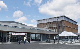 高台に移転再建された宮城県南三陸町の庁舎=3日