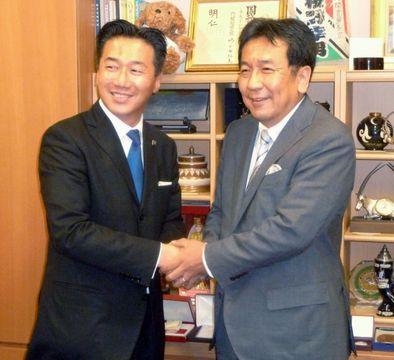 立憲民主党の幹事長就任が決まり、枝野代表(右)と握手する福山哲郎氏=5日午後、国会