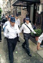 神戸山口組傘下の事務所を捜索した兵庫県警の捜査員=3日午前7時54分、神戸市中央区中山手通2