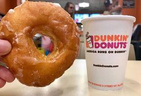 ダンキンドーナツのドーナツとコーヒー=4日、米ニューヨーク(共同)