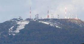 初冠雪を観測し、山頂付近が白くなった札幌の手稲山=5日午前7時20分(諸橋弘平撮影)