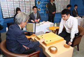 ワールド碁チャンピオンシップで、中国のミ・イク廷九段(右)に挑むAI代表の「DeepZenGo」=21日、大阪市の日本棋院関西総本部(日本棋院提供)