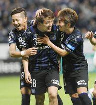 G大阪―大宮 後半、4点目のゴールを決め祝福されるG大阪・堂安(中央)=吹田スタ