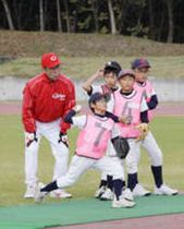 カープ 野球殿堂入りした元投手、外木場さんら児童を指導
