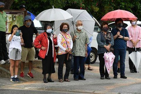 演説は3密防止で分刻み 支援者は傘さして聞き入る 沖縄県議選