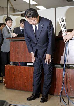 違法残業事件の判決後、報道陣への対応を前に一礼する電通の山本敏博社長=6日午後、東京・霞が関の司法記者クラブ