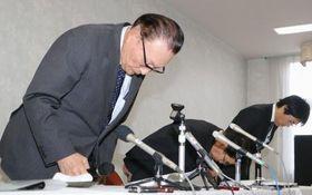 記者会見で謝罪する「ニイガタオーレス」の青木勇社長(左)ら=21日午後、新潟県胎内市