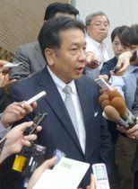 記者団の取材に応じる民進党の枝野代表代行=1日午後、東京・永田町
