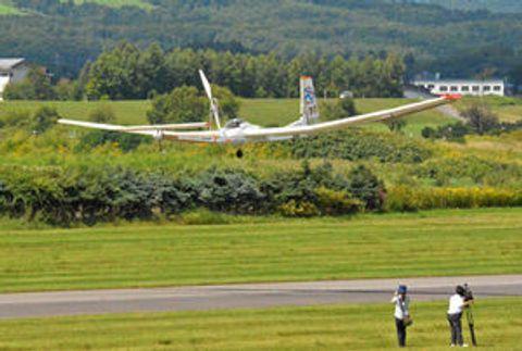有人ソーラー機、試験飛行に国内初成功 滝川