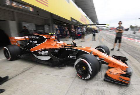 F1日本グランプリが開幕し、ピットを出るマクラーレン・ホンダのストフェル・バンドーン=鈴鹿サーキット