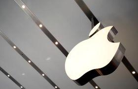 東京・表参道のアップルストアに掲げられたアップルのロゴ=2014年撮影(ロイター=共同