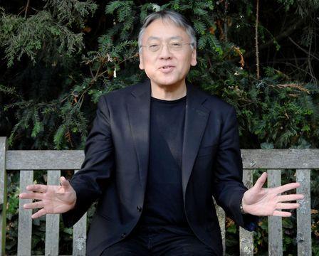 ノーベル文学賞の受賞が決まり、笑顔で取材に応じるカズオ・イシグロ氏=5日、ロンドン(ロイター=共同)