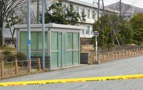 殺害された女子高生の所持品が残されていたバス停付近=11日、石川県能登町