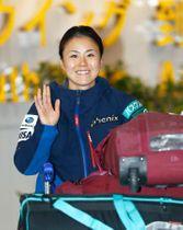 フリースタイルスキー世界選手権の女子ハーフパイプで優勝し、スペインから帰国した小野塚彩那=20日午後、成田空港