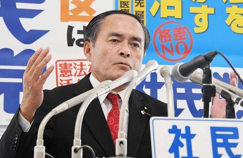 衆院選の公約を発表する社民党の吉田党首=5日午後、東京・永田町