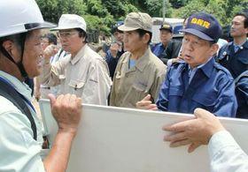 九州北部の豪雨の被災状況を視察する自民党の二階幹事長(右端)=16日、大分県日田市