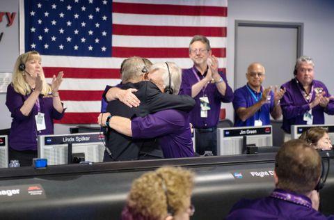 管制室でカッシーニの土星突入を確認し、活躍をたたえ合うNASAのチーム(NASA提供・共同)
