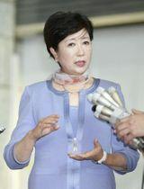 石原氏が豊洲市場への移転延期を批判したことを受け、取材に応じる東京都の小池百合子知事=20日午後、東京都庁