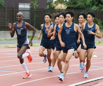 東洋大の選手と一緒に走るモハメド・ファラー(左端)=6日、埼玉県川越市