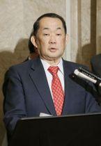 閣議後、記者の質問に答える金田法相=21日午前、国会
